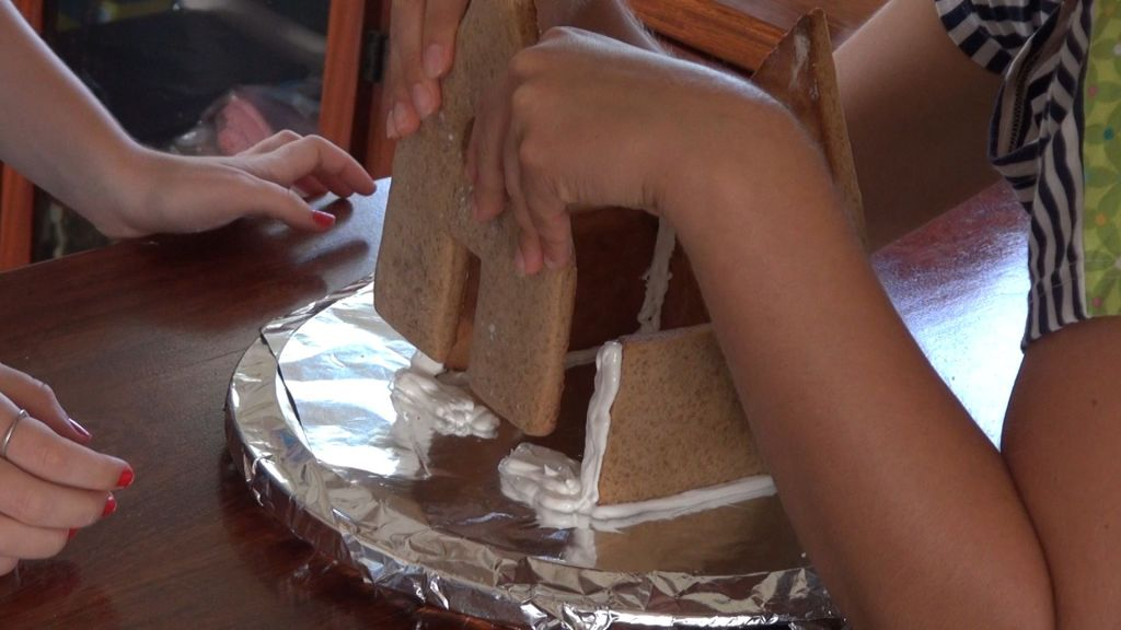 Ginger bread house - Gluing front wall